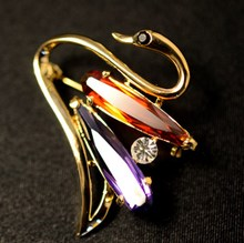 High-grade zircon diamond hit the color the elegant Swan alloy brooch