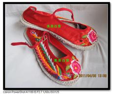 Расшитые узорами туфельки народности буй 37.38