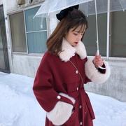 夹棉加厚毛毛领长款红色毛呢外套女冬赫本风系带收腰呢大衣。