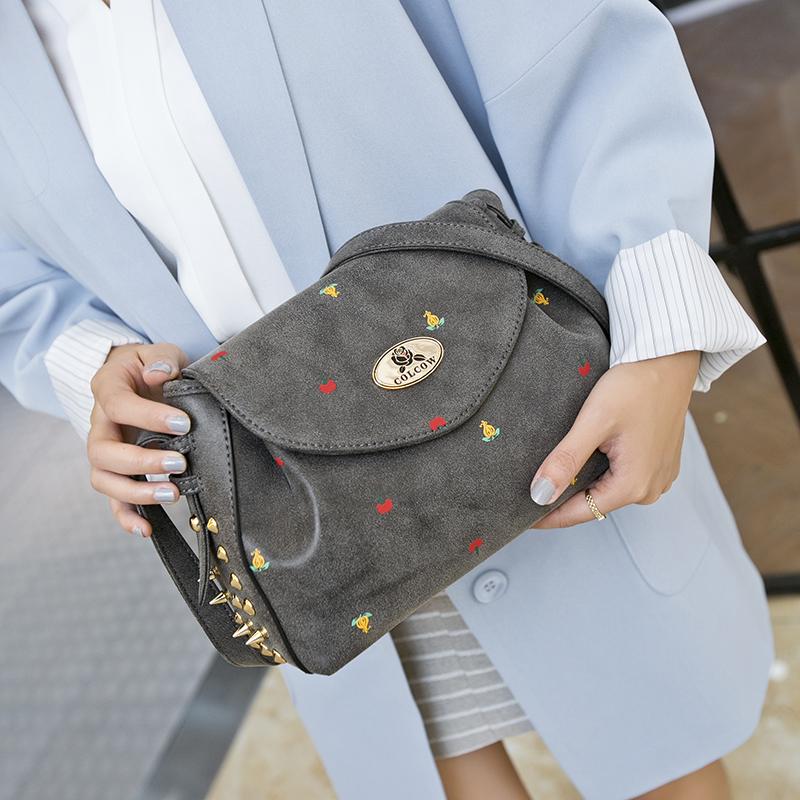 可兰可薇新款女包复古时尚女包朋克风柳钉邮差小包斜挎女士包包潮
