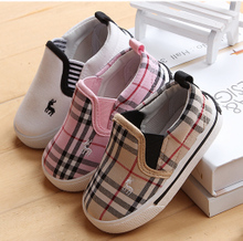 Foreign trade the original single baby shoes 1-2-3-4 years old boy cloth shoes a pedal small canvas shoes lattice single shoes of the girls